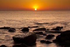 Nascer do sol sereno bonito na praia de Al Aqqa Fotografia de Stock