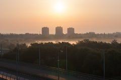 Nascer do sol sob a cidade foto de stock