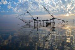 Nascer do sol sobre a área de pesca imagens de stock