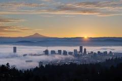Nascer do sol sobre a arquitetura da cidade nevoenta de Portland com capa do Mt foto de stock