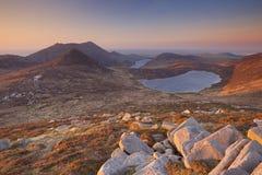Nascer do sol sobre as montanhas de Mourne em Irlanda do Norte foto de stock royalty free