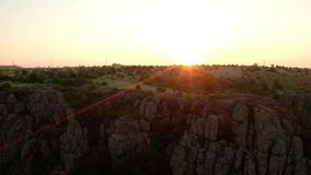 Nascer do sol sobre as rochas do granito, Ucrânia, em maio de 2019 filme