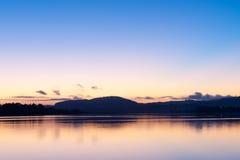 Nascer do sol sobre as transições tímidas azuis da baía ao rosa e à laranja imagens de stock