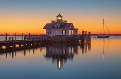 Nascer do sol sobre a baía Manteo North Carolina de Shallowbag do farol foto de stock