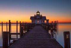 Nascer do sol sobre a baía Manteo North Carolina de Shallowbag do farol imagens de stock royalty free