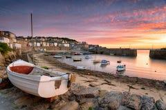 Nascer do sol sobre barcos de pesca no Mousehole fotografia de stock royalty free