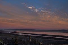 Nascer do sol sobre Bristol Bay da doca em Ekuk Alaska na maré baixa fotografia de stock royalty free