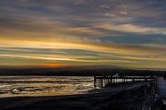 Nascer do sol sobre Bristol Bay da doca em Ekuk Alaska na maré baixa imagens de stock