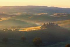 Nascer do sol sobre a casa rural Fotos de Stock Royalty Free