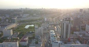 Nascer do sol sobre a cidade, close up em silhuetas do centro modernas das construções da skyline de Kiev pixéis de 4k 4096 x 216 vídeos de arquivo