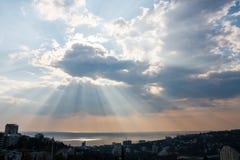 Nascer do sol sobre a cidade com céu nebuloso Fotografia de Stock Royalty Free