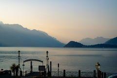 Nascer do sol sobre a cordilheira e o lago vindo Fotografia de Stock Royalty Free