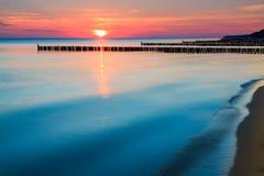 Nascer do sol sobre a costa de mar Fotos de Stock Royalty Free