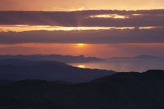 Nascer do sol sobre a costa oriental do Mar Negro fotos de stock