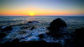 Nascer do sol sobre a costa rochosa vídeos de arquivo