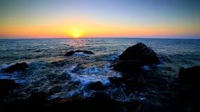 Nascer do sol sobre a costa rochosa video estoque