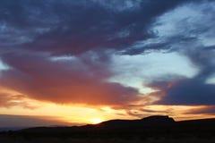 Nascer do sol sobre a garganta vermelha da rocha foto de stock