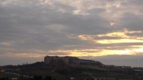 Nascer do sol sobre a manhã nebulosa da cidade filme
