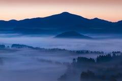 Nascer do sol sobre Misty Landscape Vista c?nico do c?u nevoento da manh? com aumenta??o Sun acima de Misty Forest imagens de stock
