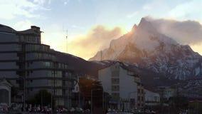 Nascer do sol sobre a montagem Olivia em Ushuaia video estoque
