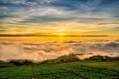 Nascer do sol sobre a montanha em Phu Tab Berk Imagem de Stock