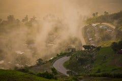 Nascer do sol sobre a montanha em Phu Tab Berk, TAILÂNDIA imagem de stock royalty free