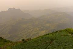 Nascer do sol sobre a montanha em Phu Tab Berk, TAILÂNDIA Fotos de Stock Royalty Free