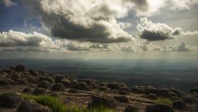 Nascer do sol sobre a montanha em Phu Tab Berk, TAILÂNDIA Foto de Stock