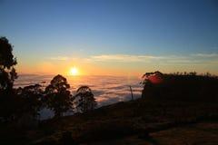 Nascer do sol sobre montanhas Foto de Stock