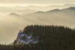 Nascer do sol sobre montanhas Fotos de Stock Royalty Free