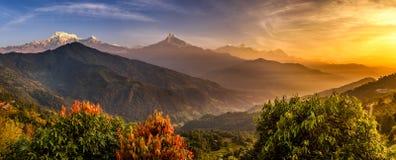 Nascer do sol sobre montanhas de Himalaya imagens de stock
