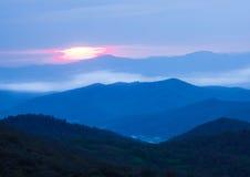 Nascer do sol sobre montanhas de Ridge azul no dia tormentoso Fotos de Stock Royalty Free