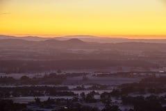 Nascer do sol sobre montes distantes Imagem de Stock Royalty Free