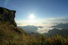 Nascer do sol sobre a névoa na montanha do phuchifa, chiangrai, Tailândia Fotos de Stock