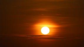 Nascer do sol sobre nuvens fotografia de stock