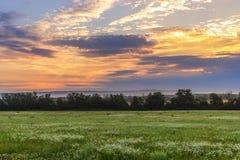 Nascer do sol sobre o campo Fotos de Stock