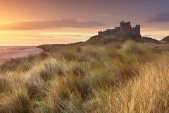 Nascer do sol sobre o castelo de Bamburgh, Inglaterra fotografia de stock