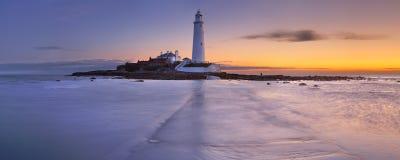 Nascer do sol sobre o farol de St Mary, Whitley Bay, Inglaterra Foto de Stock Royalty Free