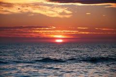 Nascer do sol sobre o horizonte Foto de Stock