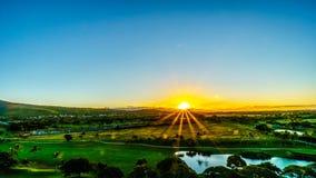 Nascer do sol sobre o horizonte na comunidade do recurso de Ko Olina na ilha de Oahu fotografia de stock royalty free