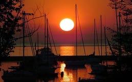 Nascer do sol sobre o lago imagem de stock