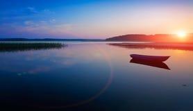 Nascer do sol sobre o lago Fotografia de Stock