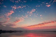 Nascer do sol sobre o lago Fotografia de Stock Royalty Free