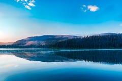 Nascer do sol sobre o lago da montanha fotografia de stock royalty free
