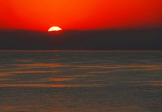 Nascer do sol sobre o mar Imagens de Stock Royalty Free