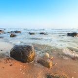 Nascer do sol sobre o mar Báltico na ilha Rugen, Alemanha fotos de stock royalty free