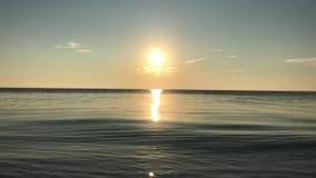 Nascer do sol sobre o mar calmo, estrada ensolarada vídeos de arquivo