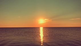 Nascer do sol sobre o mar calmo, estrada ensolarada filme
