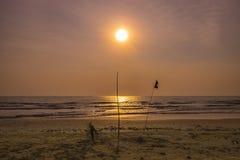 Nascer do sol sobre o mar com primeiro plano do silhuotte Fotografia de Stock Royalty Free