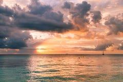 Nascer do sol sobre o mar das caraíbas, a balsa e os barcos de pesca, México fotos de stock royalty free